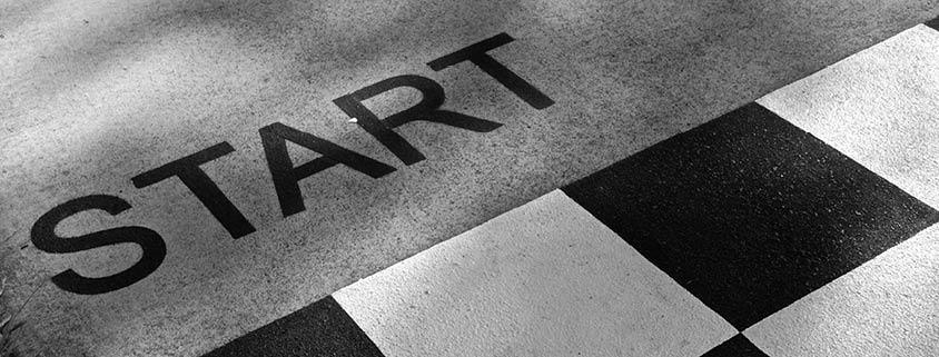 Symbolbild Vorbereitung: Straßenmakierung einer Startlinie