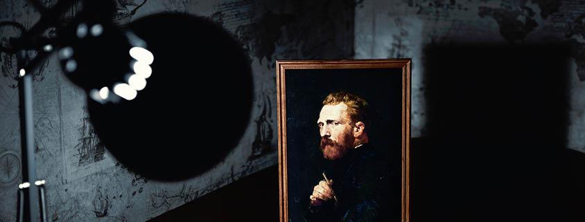Symbolbild Beleuchtung: Lampe scheint auf ein gemaltes Portrait