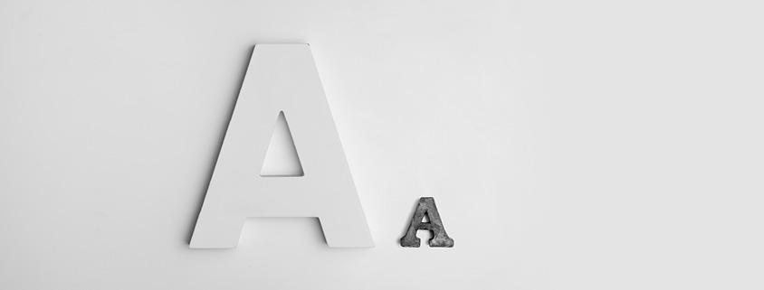 Symbolbild Typografie: 2 Buchstaben auf weißem Hintergrund